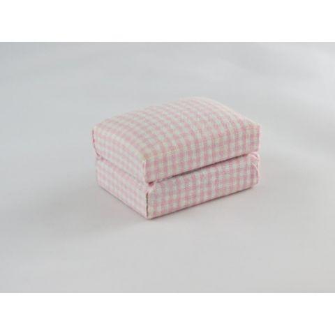 Puf en miniatura de cuadros rosas y blancos